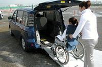 車両後部を傾け、8度の傾斜角をつけたスロープを、車椅子ごとのぼる。