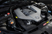 「M156」と呼ばれるAMGオリジナル設計の特製6.2リッター自然吸気V8エンジンは517psを発生させる。