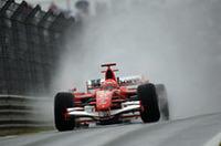 ブリヂストンタイヤのウェットでのパフォーマンスに躓きながらも、ちゃんと勝利を収められるのがシューマッハー/フェラーリの強さ。過去7戦で5勝と波に乗った状況で、8度目のタイトル獲得にのぞむ。(写真=Ferrari)