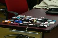 参加者の携帯電話。会議室で待機中。