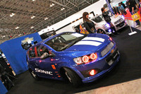 GMのブースに並べられた、メタリックブルーにホワイトのストライプというアメリカンなレーシングカラーの「シボレー・ソニック」。