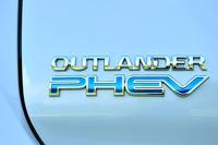 """発売から約2年半で""""ビッグマイナーチェンジ""""を受けた「アウトランダー」シリーズ。「PHEV」はガソリン仕様に遅れること約1カ月、2015年7月9日に発売された。PHEVの販売目標は月間1000台(2015年度)。"""