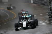 前日までの好天から一転して雨。レースはセーフティーカー先導でスタートし、セーフティーカーやバーチャル・セーフティーカーを挟んで、最長2時間とするルールのギリギリでチェッカードフラッグを迎えた。写真先頭は、レース序盤、ハミルトンを従えて2位を走るニコ・ロズベルグ。(Photo=Mercedes)