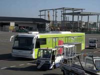 ワイドボディーのランプバスは、ドイツ製「コーブス」の寡占が各国で進んでいる。フィレンツェ空港で。