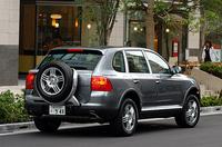 【スペック】カイエンS:全長×全幅×全高=4782×1928×1699mm/ホイールベース=2855mm/車重=2245kg/駆動方式=4WD/4.5リッターV8DOHC32バルブ(340ps/6000rpm、42.8kgm/2500-5500rpm)/車両本体価格=860.0万円(テスト車=955.0万円)テスト車のオプションは、「電動サンルーフ(19.0万円)」「バイキセノン・ヘッドランプ(20.0万円)」「前席&ステアリングホイール・ヒーター(7.0万円)」「CDチェンジャー(9.0万円)」「特別色(チタニウム・メタリック/14.0万円)」が装着される。以上に加え、「フルサイズスペアタイヤ(リアマウントタイプ/26.0万円)」が付く。