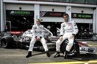 ファン・パブロ・モントーヤの突然の離脱で、ペドロ・デ・ラ・ロサ(右)がキミ・ライコネン(左)のパートナーに。昨年第3戦バーレーンGP以来の実戦で7位完走を果たした。ライコネンは5位。(写真=Mercedes Benz)