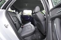 3人乗りのリアシート。中央席にもヘッドレストと3点式シートベルトが用意される。本国では2人乗り仕様も選択可能。