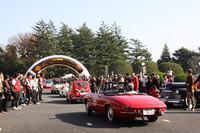 パレードに向かう参加車両をギャラリーが見送る。