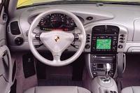 ニューカレラのメーターパネルは、基本的にターボと同じ。タコメーターの下3分の1には、大型ディスプレイが埋め込まれ、走行状態、種々の警告を表示する。2002年型になって、センターに引きだし式のカップホルダーが、助手席エアバッグ下には、5リッターのグローブボックスが新設された。