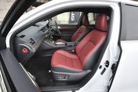 """""""Fスポーツ""""のシート表皮はファブリックが標準。試乗車ではオプションの本革が選択されていた。雨滴感応式ワイパーなどとのセットで価格は25万8300円。"""