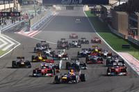 スタートで飛び出すポールシッターのセバスチャン・ベッテル(手前中央)。フェラーリのアロンソ、マッサがその後を追う。ルイス・ハミルトンは、ターン4でニコ・ロズベルグに抜かれ5位にドロップ、メルセデスに鼻面を抑えられたことで勝機を逃した、とレース後語った。(写真=Red Bull Racing)