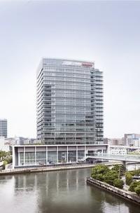 神奈川県横浜市にある日産のグローバル本社社屋。ニューヨーク近代美術館新館で有名な建築家谷口吉生と竹中工務店、そして中村がそれぞれ意見を出し合った。