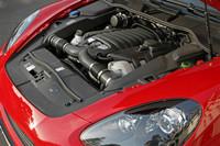 4.8リッターの自然吸気V8エンジンは、「カイエンS」より20ps強力な420psを発生。0-100km/h加速は5.9秒から5.7秒に短縮されている。