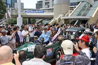 パレードに出発しようという一日署長を集まった人々が取り囲む。ほとんど見えないが、クルマは1938年「ダットサン17型フェートン」。