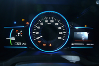 メーターはガソリン車が標準的な3眼式なのに対し、ハイブリッド車はアナログ表示の速度計に、デジタル表示のタコメーターとパワーフローモニターを組み合わせたものを採用。