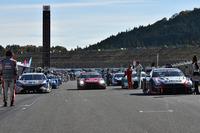 2014年最後のレースを前に、スターティンググリッドに各マシンが並ぶ。