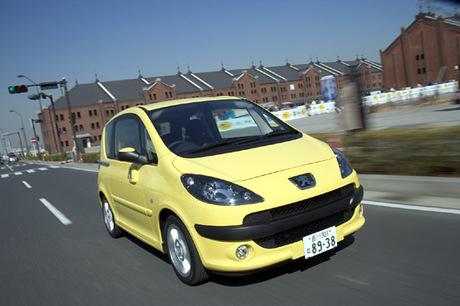 2006年3月に発売された、プジョー初の4桁車名を与えられた4人乗りコンパクトワゴン「1007」。両側電動スラ...