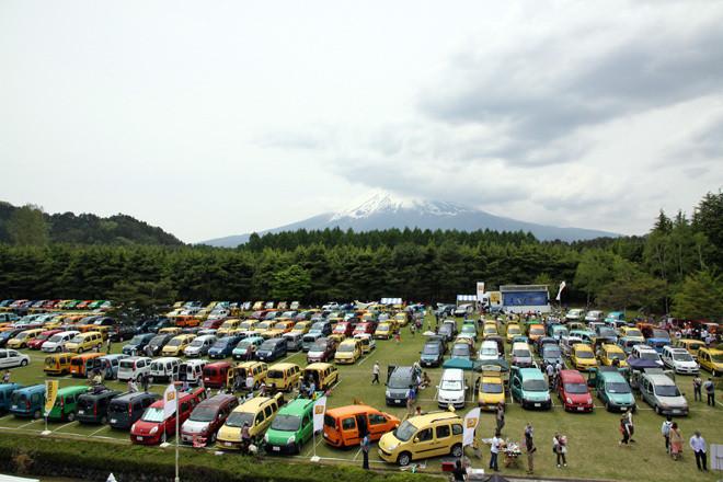 富士山が見下ろす富士カームの芝生広場を埋め尽くした色とりどりの「カングー」の大群。実に439台を数えた。だがやや大げさにいえば1台として同じクルマはなく、ルノー・ジャポンの新たなブランドメッセージである「Vis Tes Passions」、直訳すると「個性的に生きなさい」、意訳して「好きを、走れ。」を地で行っていた。