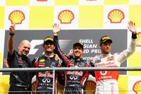 セバスチャン・ベッテル(右から2番目)は、6月のヨーロッパGP以来となる4戦ぶりの優勝を飾り、ポイントリードをさらにひろげた。2位に入ったマーク・ウェバー(同3番目)、3位のジェンソン・バトン(一番右)、そしてレッドブルのデザイナー、エイドリアン・ニューウェイ(一番左)とともに喜びを分かち合う。(Photo=Red Bull Racing)