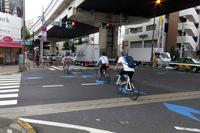 東京・世田谷の上馬交差点にて。青色の矢羽根型法定外表示は、自転車の走行ラインを知らせるもの。