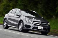 「GLA250 4MATICスポーツ」には、標準車「GLA250 4MATIC」と異なるデザインのバンパーやサイドスカートなどが与えられる。車高も約10mm低くなる。