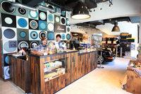 店内は、広い採光による明るさと落ち着いた雰囲気が特徴。コーヒーは豆の種類や抽出方法を選んで注文できる。