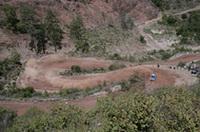 荒れた路面がマシンを痛めつけるトルコのコース。ペター・ソルベルグ(写真右)はマーカス・グロンホルムの追撃を振り払い2位でフィニッシュしたものの、リーダーのロウブには独走を許してしまった。(写真=スバル)