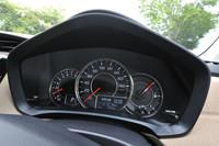 メーターは正面に速度計を置く三眼タイプ。オーソドックスなスタイルで、視認性は上々。