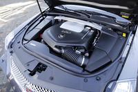 最高出力564psを発生する6.2リッターV8エンジン。「V」シリーズのエンジンは、組み立てからバランス調整、テスト、そして最終調整にいたるまで、マスタービルダーと呼ばれるひとりの熟練した職人の手に委ねられる。