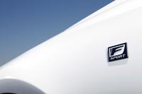"""フロントフェンダーには「F SPORT」のエンブレムが配置される。写真のボディーカラーは""""Fスポーツ""""専用色のホワイトノーヴァガラスフレーク。"""