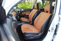 インテリアはブラックとタンのツートンカラー。ファブリックと合皮のコンビシートに加え、オプションでスエード調皮革と本革のコンビシートも用意される。
