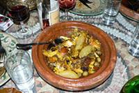 モロッコの伝統的な料理のひとつ、「タジン」という煮込み料理。