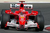 チャンピオンに焦り――フェラーリは当初第5戦スペインGPで投入予定だったニューマシン「F2005」を慌てて持ってきたのだが、ミハエル・シューマッハー(写真)によりグリッド2番手が得られたものの、ルノーを上回る速さには欠き、かつ信頼性に劣るパッケージングを披露してしまった。シューマッハーはリタイア、ナンバー1ドライバー(つまりミハエル)に傾注しがちなチームのなかでルーベンス・バリケロは何とか9位完走。(写真=フェラーリ)