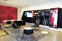 ショールーム「Audiみなとみらい」内に開設されたAudi Sport店の店舗の様子。赤を基調にひし形を組み合わせたコーポレートデザインは、全世界共通のものとなっている。