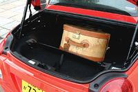 カバンの下の仕切りは、ルーフ収納時にドコまで荷室が侵食されるのかの目安。写真の場合、センサーが働いて、ルーフは開かない。(写真=郡大二郎)