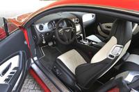 """テスト車のインテリアカラーは「ベルーガ」(黒)と「リネン」(ベージュ)のツートン。インパネ表面には""""きさげ""""加工が施されたアルミパネルが貼られる。"""