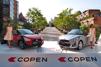 左が今回のテスト車「コペン エクスプレイ」で、右は標準的なボディータイプの「コペン ローブ」。写真は、2014年6月に開催された発表会におけるツーショット。(写真=webCG)