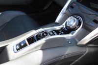 センターコンソールには走行モードの切り替えダイヤルやスイッチ式のシフトセレクターなどが備わる。