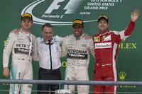 優勝したハミルトン(右から2番目)、2位に終わったハミルトンのチームメイト、ニコ・ロズベルグ(一番左)、3位に入ったフェラーリのセバスチャン・ベッテル(一番右)。(Photo=Mercedes)