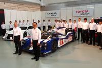 発表会でフォトセッションに臨む、トヨタの豊田章男社長(写真手前)およびレーシングドライバー。
