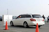 「PRE-SAFEブレーキ」が作動して、障害物との衝突を回避したところ。新安全装備の体験会は、大磯プリンスホテルの駐車場に作られた特設コースで行われた。
