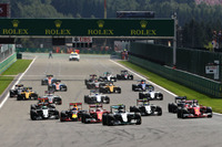 スタートシーン。この直後、先頭でターン1に入るポールシッターのロズベルグ(先頭)の後ろで、赤いフェラーリのマシン2台と濃紺のレッドブルが接触。この3台は優勝争いから脱落した。(Photo=Red Bull Racing)