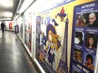 パリ市内の地下鉄駅に貼られた「PARIS MANGA」のポスター。千葉真一氏をはじめ、ゲストのポートレートも。