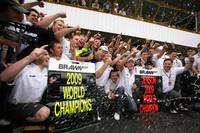 ホンダF1をチーム代表のロス・ブラウンが引き受けることで、短期間で奇跡的に参戦が実現したブラウンGP。ホンダのエンジニアたちが技術と知識の粋を集めつくった「BGP001」は、バトンの手により6勝、ルーベンス・バリケロにより2勝し初年度で見事コンストラクターズタイトルを獲得。それもブラウンをはじめ、2人のドライバー、厳しい状況下で八面六臂の活躍をみせたチームクルーの賜物である。(写真=Brawn GP)