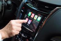 発表会における「Apple CarPlay」の実演シーン。手持ちのiPhoneが有する便利な機能を、車両側から使えるようになる。