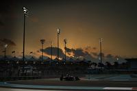 マクラーレン・ホンダにとっての厳しい2015年シーズンが終わった。アブダビGPではジェンソン・バトンが12位完走、フェルナンド・アロンソはスタートでパストール・マルドナドと接触、緊急ピットインに加えてペナルティーも受けて17位でレースを終えた。2人の元チャンピオンが獲得したポイントは計27点でチームはランキング9位。この苦しい一年で得たものを来シーズンに生かし、浮上することを期待したい。(Photo=McLaren)