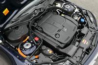 306ps(225kW)の3.5リッターV6自然吸気エンジンに、27ps(20kW)のモーターを組み合わせる。走行用のリチウムイオンバッテリーはエンジンルーム内(スカットルの右側)に搭載される。