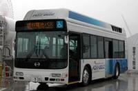 この夏運行予定のバス「FCHV-BUS2」。SUV「クルーガーV」ベースの燃料電池車「FCHV」と同じ技術を投入した。燃料電池の効率が悪い時は2次バッテリーがアシストするハイブリッド型。高圧水素タンクは天井にマウントされる。1回の充填で走れる距離は250km。路線バスとして使っても問題ない航続距離という