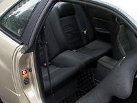 """タコメーターは、V.spec同様、3000rpm以下の目が細かい「2段表示式」。革張りシートは、シートヒーター付きの""""手縫い""""もの。ショルダー部には、滑りにくいバックスキン調生地「エクセーヌ」が使われる。バックレストは「GT-R」の刺繍入り。"""