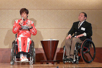 ゲストとして招かれた車いす利用者の、レーシングドライバー青木拓磨氏(左)と、パラリンピック車いす陸上元日本代表の千葉祗暉(まさあき)氏。青木氏は「Medi-Air」のプロトタイプを使用し、2009年と2010年の「アジアクロスカントリーラリー」を戦ったという。